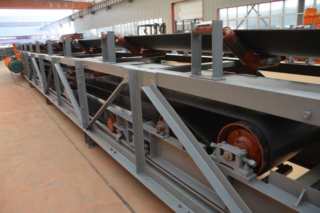 2017年随着国家整体形势转变,煤矿资源整合,呈现出煤矿采运出煤量大、煤炭运输设备要求高的情况,大部分煤矿均要求在年产80万吨以上,嵩阳煤机逆势而上,根据煤矿生产需要升级更新了DSJ型可伸缩皮带输送机。 可伸缩皮带输送机是皮带输送机厂家嵩阳煤机生产的煤炭运输高效的连续运输设备,与传统的汽车、火车等运输相比,该机具有运输距离远,运量大、连续输送等特点;煤矿皮带输送机可分为固定型、可伸缩型;其中可伸缩型皮带输送机,机身设有储带仓,H支架、纵梁、托辊组、可伸缩机尾可随采煤工作面的推进伸长或缩短,结构紧凑,可不设