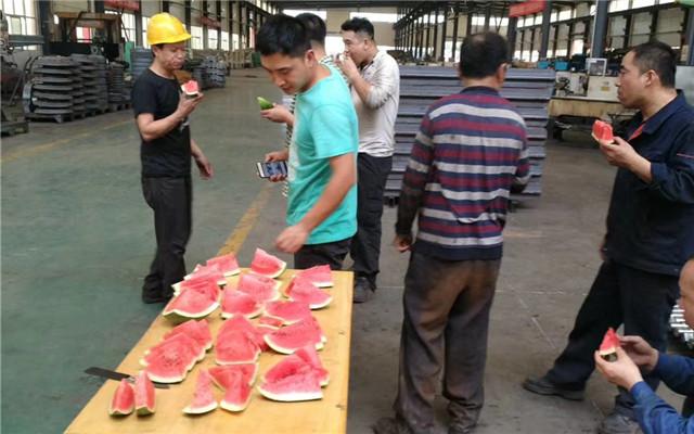 嵩阳煤机为奋战在车间生产一线的皮带机和刮板机班组送来夏日清凉